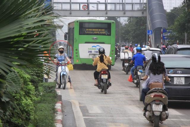 Hà Nội: Xe máy lũ lượt đi ngược chiều trên làn BRT - 4