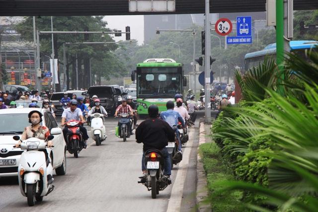 Hà Nội: Xe máy lũ lượt đi ngược chiều trên làn BRT - 2