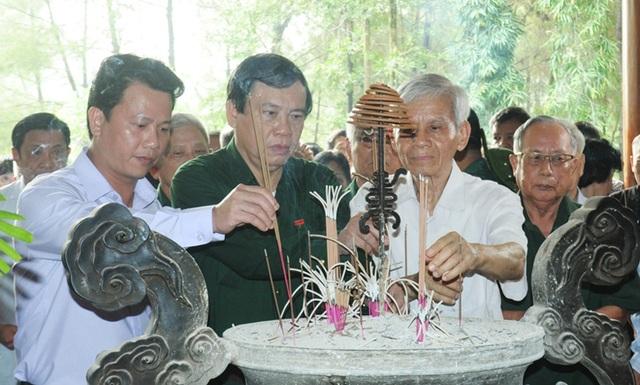 Thủ tướng, Chủ tịch Quốc hội gửi vòng hoa tri ân các anh hùng liệt sĩ tại Ngã ba Đồng Lộc - 3