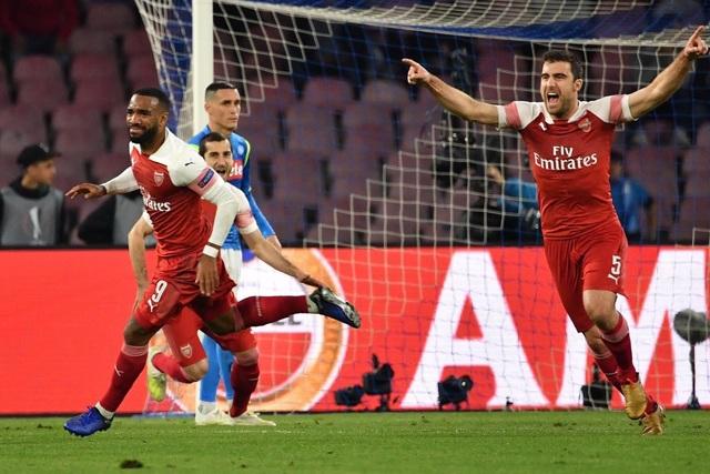 Arsenal loại Napoli, Chelsea đi tiếp trong trận cầu 7 bàn thắng - 1