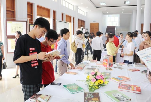 Trao hơn 200 suất học bổng đến học sinh nghèo nhân Ngày Sách Việt Nam - 2