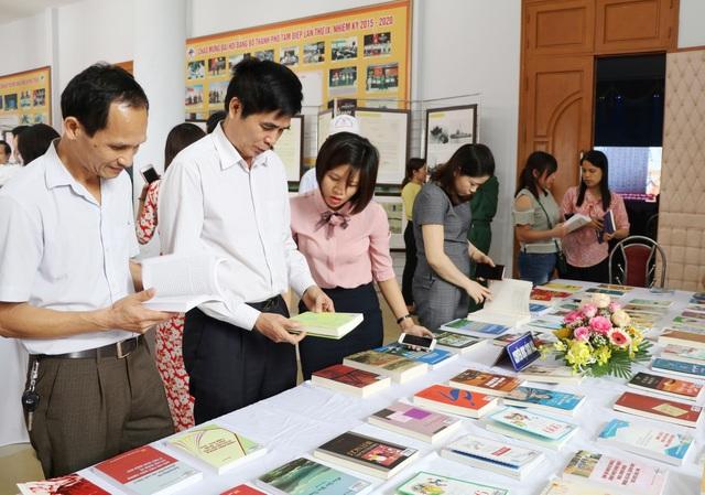 Trao hơn 200 suất học bổng đến học sinh nghèo nhân Ngày Sách Việt Nam - 1