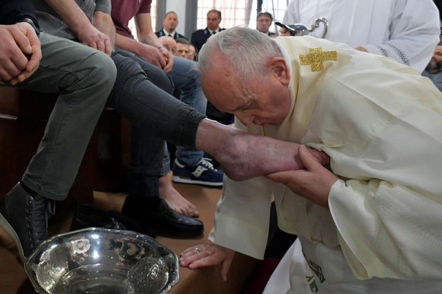 Giáo hoàng rửa và hôn chân tù nhân - 1