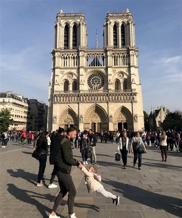 Tìm ra nhân vật trong bức ảnh gây sốt trước Nhà thờ Đức Bà Paris  - 1