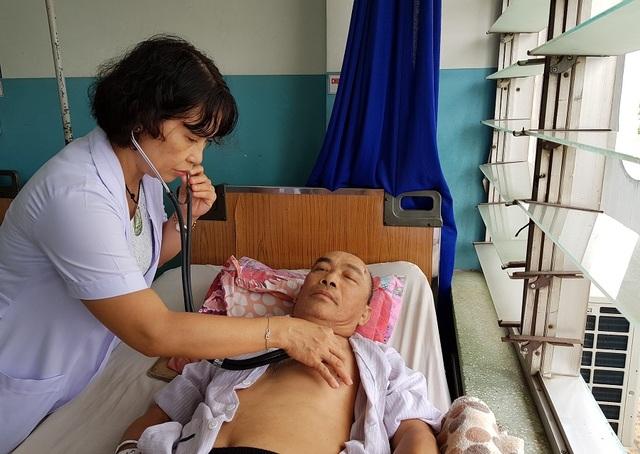 Không có tiền, người vợ xin bác sĩ cho chồng về nhà chờ... chết! - 4