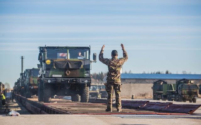 Pháp triển khai binh sĩ, xe tăng sát biên giới Nga - 1