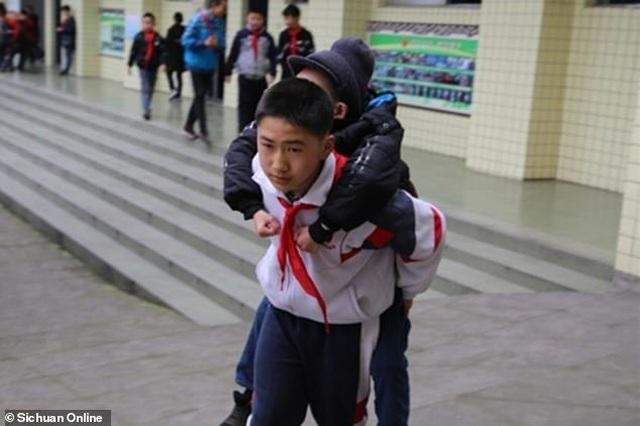 Trung Quốc: Cậu bé 12 tuổi 6 năm liền cõng bạn tới trường - 1