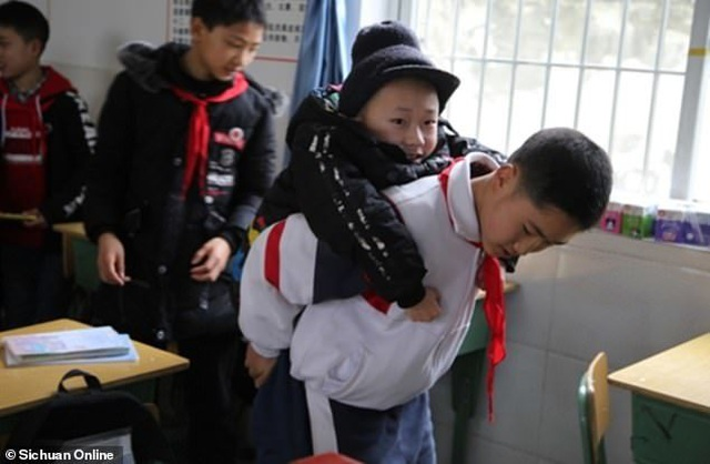 Trung Quốc: Cậu bé 12 tuổi 6 năm liền cõng bạn tới trường - 2
