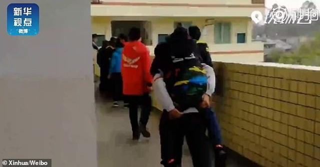 Trung Quốc: Cậu bé 12 tuổi 6 năm liền cõng bạn tới trường - 3
