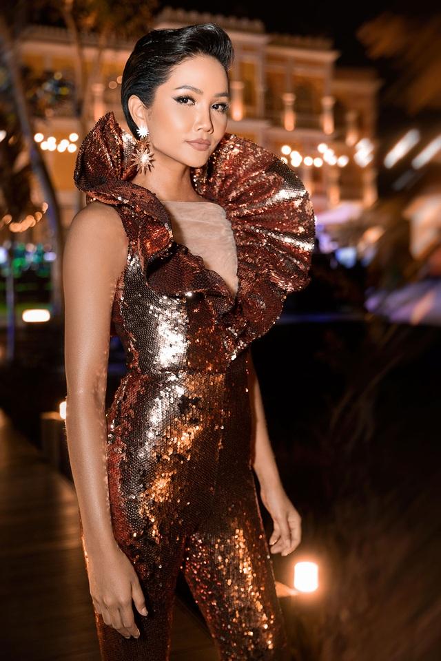 Hhen Niê biến tấu chiếc váy cũ từng gây tranh cãi tại Miss Universe - 1