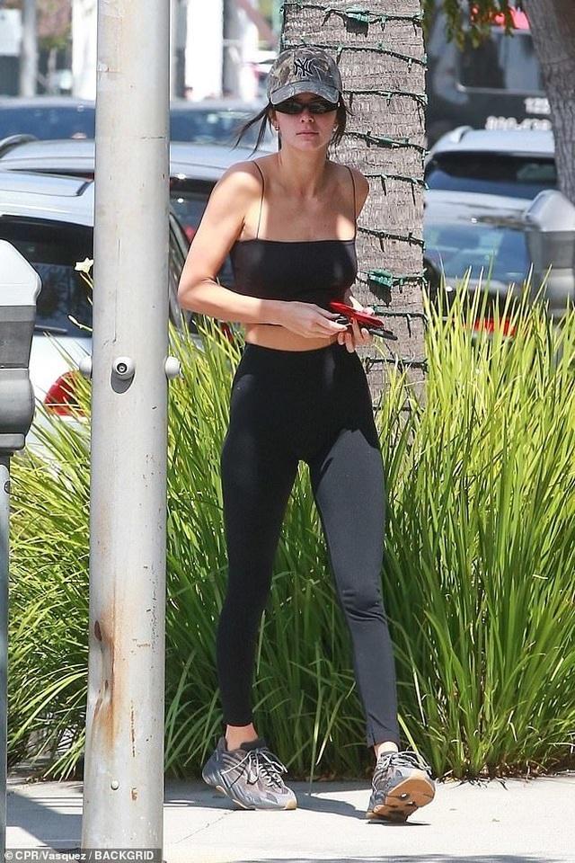 Kendall Jenner khoe chân dài nuột nà - 1
