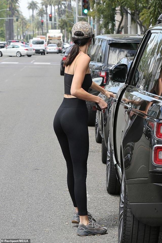 Kendall Jenner khoe chân dài nuột nà - 3