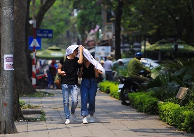 Người Hà Nội mệt mỏi trong nắng gắt đầu mùa - 5