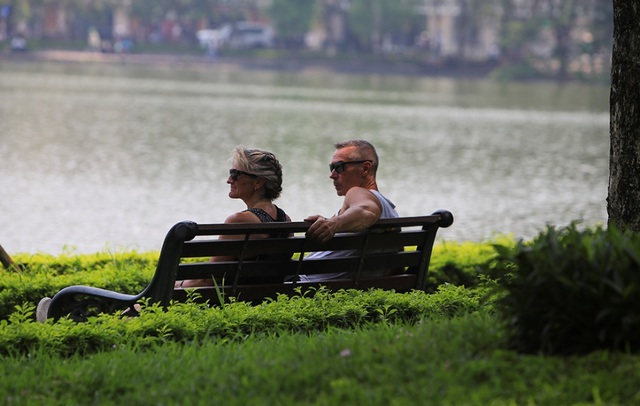 Người Hà Nội mệt mỏi trong nắng gắt đầu mùa - 10