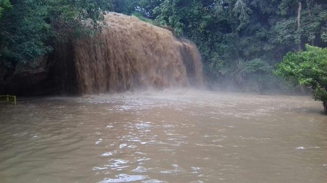 Nước đổ về thác Prenn Đà Lạt chuyển màu, đặc quánh bùn thải - 1