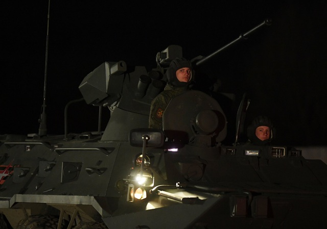 Xe quân sự Nga rầm rập đổ về Moscow - 3