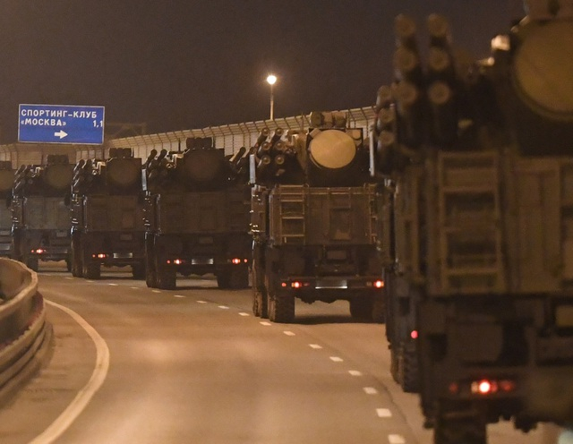 Xe quân sự Nga rầm rập đổ về Moscow - 1