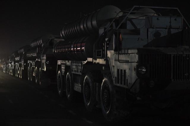 Xe quân sự Nga rầm rập đổ về Moscow - 4