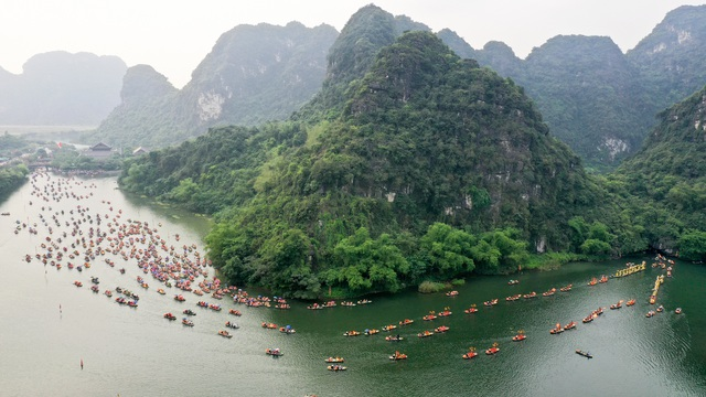 Ninh Bình: Hàng nghìn người dự lễ hội Tràng An - 1