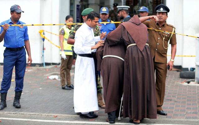 Hiện trường thảm kịch đánh bom khiến 160 người chết tại Sri Lanka - 14