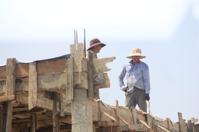 """Người dân """"xứ gió Lào"""" vã mồ hôi lao động giữa nắng nóng rát mặt! - 13"""