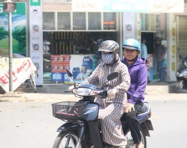 """Người dân """"xứ gió Lào"""" vã mồ hôi lao động giữa nắng nóng rát mặt! - 16"""