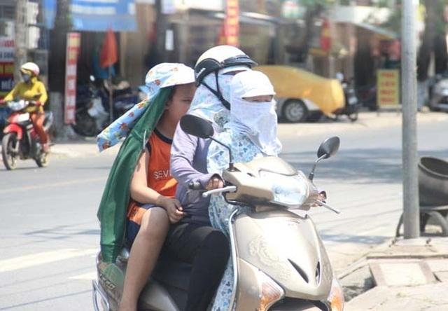 """Người dân """"xứ gió Lào"""" vã mồ hôi lao động giữa nắng nóng rát mặt! - 17"""