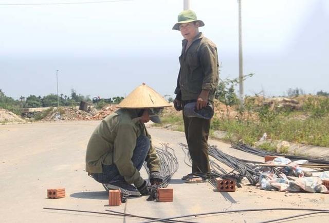 """Người dân """"xứ gió Lào"""" vã mồ hôi lao động giữa nắng nóng rát mặt! - 10"""