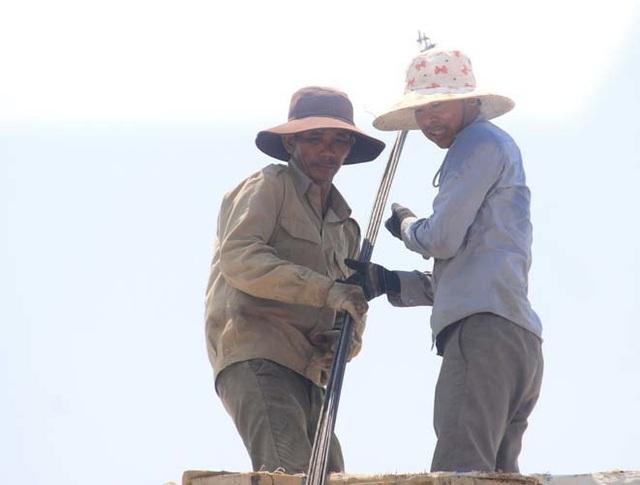 """Người dân """"xứ gió Lào"""" vã mồ hôi lao động giữa nắng nóng rát mặt! - 11"""