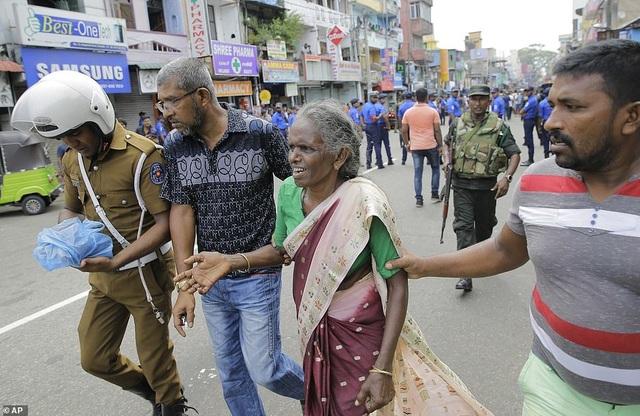 Hiện trường thảm kịch đánh bom khiến 160 người chết tại Sri Lanka - 13