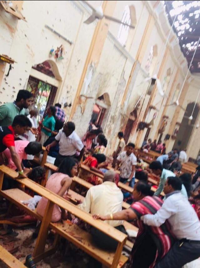 Hiện trường thảm kịch đánh bom khiến 160 người chết tại Sri Lanka - 4
