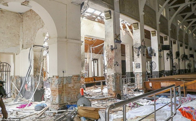 Hiện trường thảm kịch đánh bom khiến 160 người chết tại Sri Lanka - 7