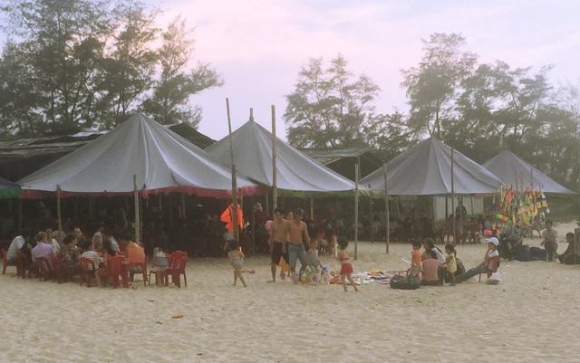 """Người dân """"xứ gió Lào"""" vã mồ hôi lao động giữa nắng nóng rát mặt! - 1"""