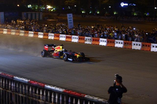 Lần đầu xem xe đua F1 rít ga tại Hà Nội - 10