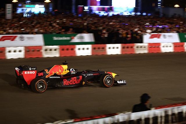 Lần đầu xem xe đua F1 rít ga tại Hà Nội - 7