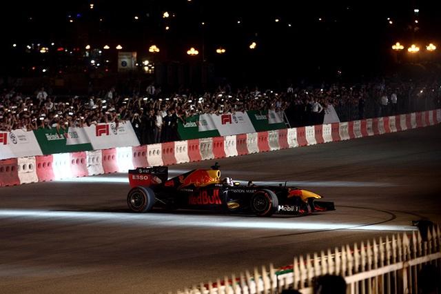 Lần đầu xem xe đua F1 rít ga tại Hà Nội - 4
