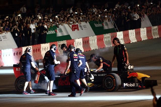 Lần đầu xem xe đua F1 rít ga tại Hà Nội - 8