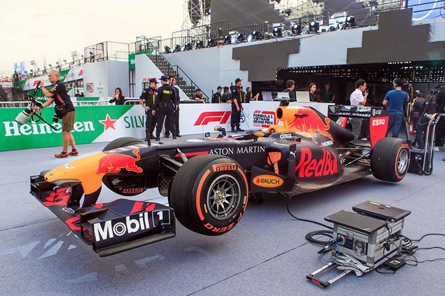 Lần đầu xem xe đua F1 rít ga tại Hà Nội - 1