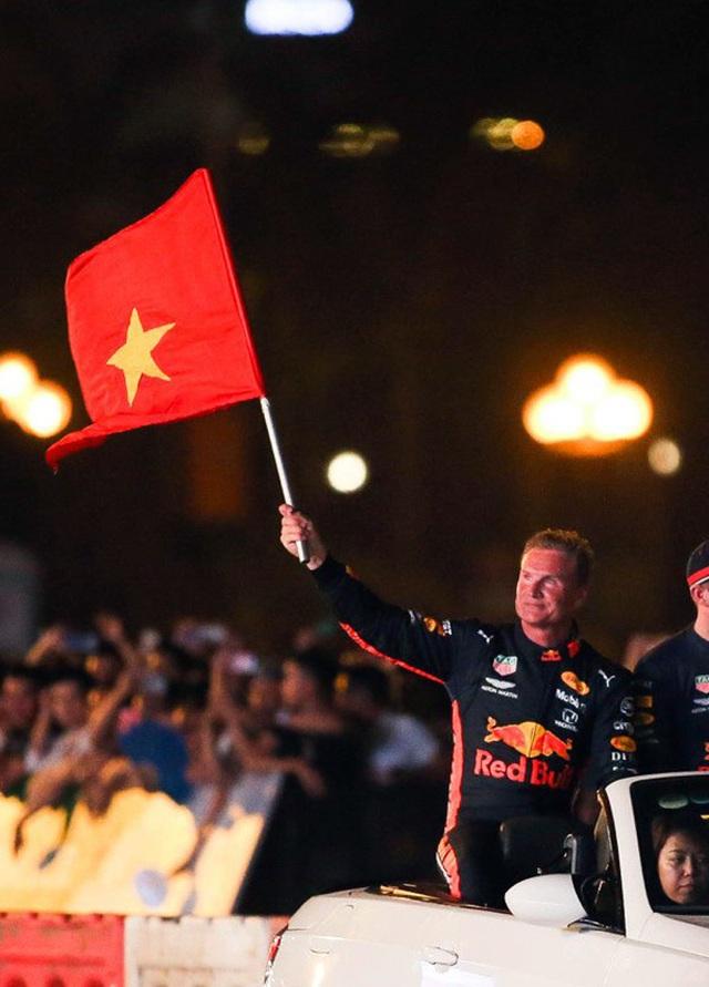 Lần đầu xem xe đua F1 rít ga tại Hà Nội - 12