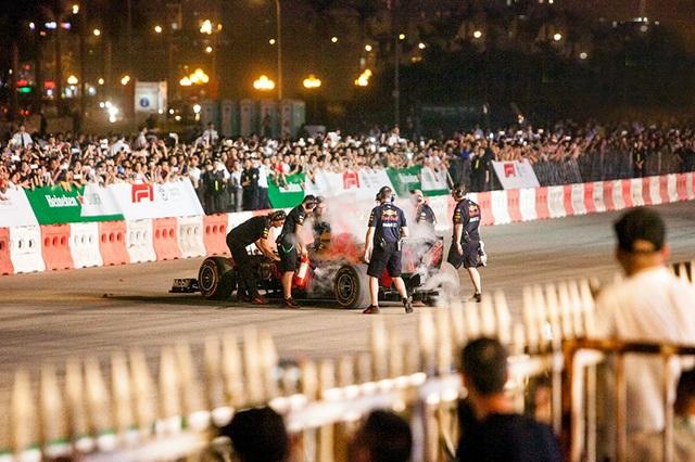 Lần đầu xem xe đua F1 rít ga tại Hà Nội - 11