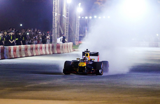 Lần đầu xem xe đua F1 rít ga tại Hà Nội - 6