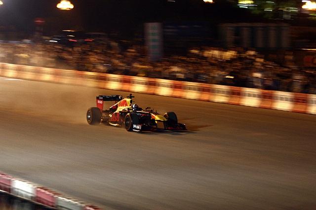 Lần đầu xem xe đua F1 rít ga tại Hà Nội - 5