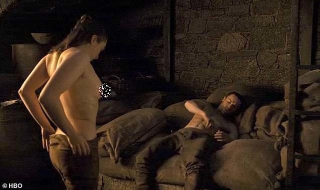 """Cảnh """"nóng"""" của Arya Stark khiến """"khổ chủ"""" cũng... sốc - 1"""
