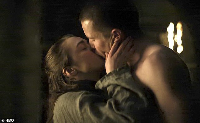"""Cảnh """"nóng"""" của Arya Stark khiến """"khổ chủ"""" cũng... sốc - 3"""
