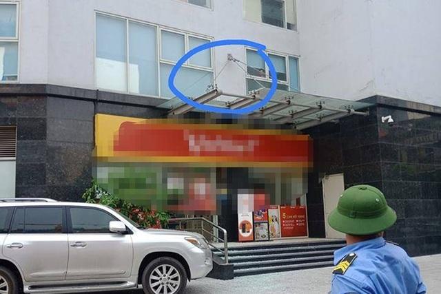 Hà Nội: Bé trai 4 tuổi rơi từ tầng 11 chung cư xuống đất đã tử vong - 1