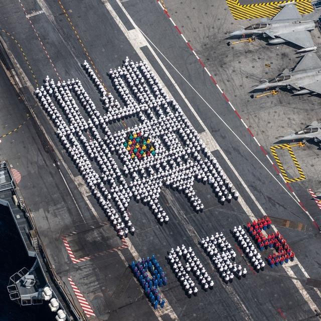 Thủy thủ tàu sân bay hạt nhân mạnh nhất châu Âu xếp hình Nhà thờ Đức Bà - 1