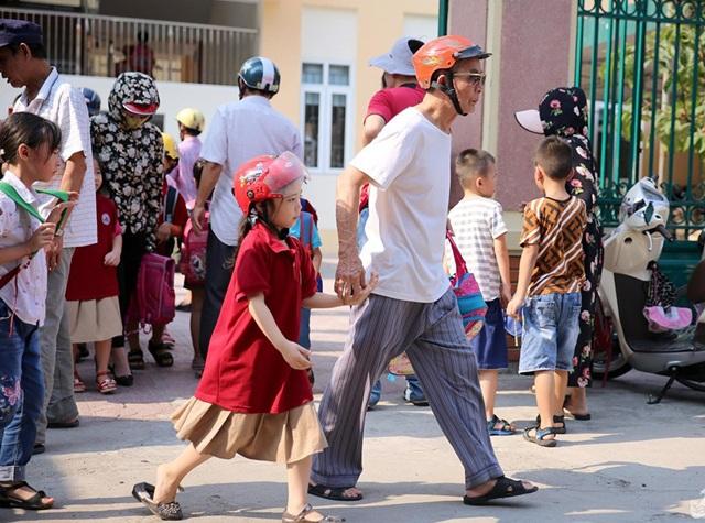 Nghệ An: Trường thay đổi lịch học, phụ huynh nháo nhào chuyện đón con - 2
