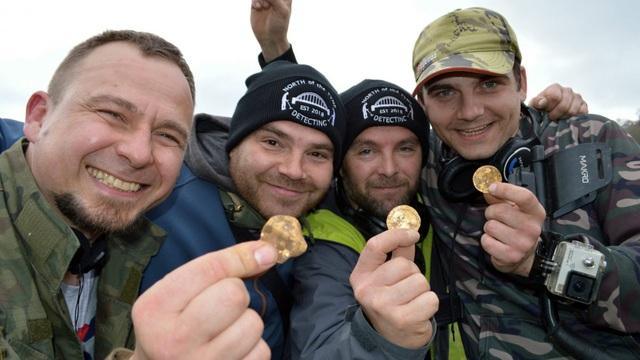 Đào được kho báu đầy tiền vàng từ thế kỷ 14 trị giá gần 5 tỷ đồng - 1