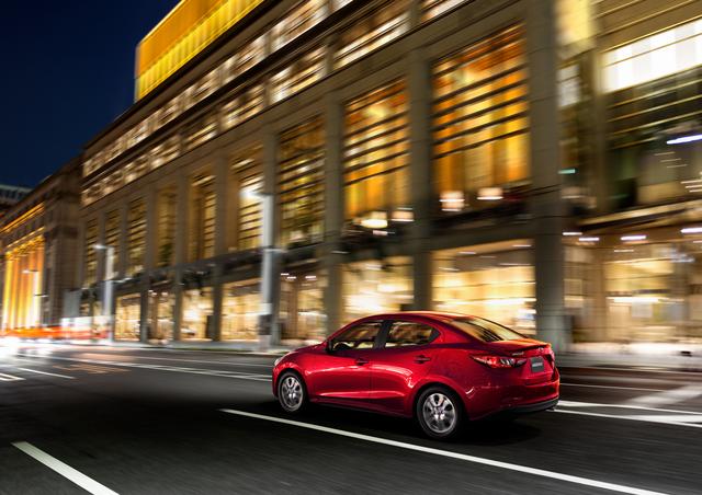 Mazda2 màu đỏ sẵn sàng để giao - 4