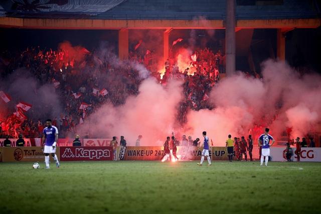 HLV Hà Nội FC phản ứng với màn đốt pháo sáng của CĐV Hải Phòng - 1